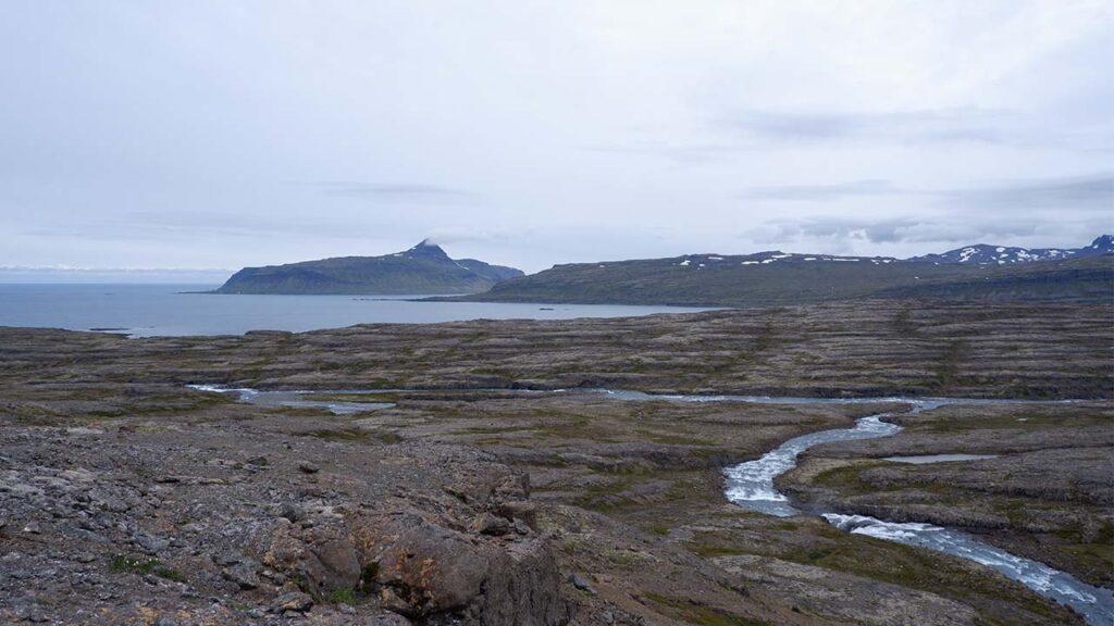 Árnar Hvalá og Rjúkandi mætast á ármótum. Þar er fyrirhugað að að moka upp mörg þúsund tonnum af efni við Hvalárósa, slétta plan fyrir vinnubúðir, verndum víðernin, landvernd.is