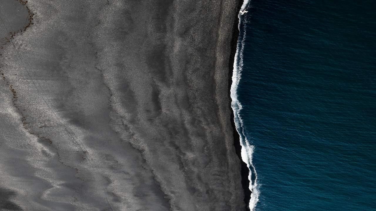 Haf og fjara - strandlínan við Ísland.